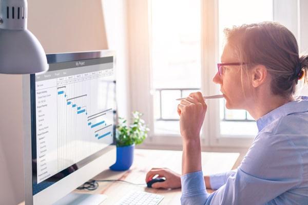 Business monitoring - nő dolgozik az irodában