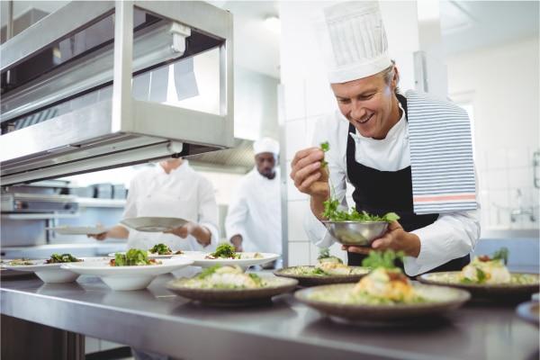 Séf előkészíti az ételt - EDI a vendéglátás és szállodaipar területén