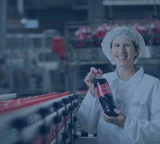 Coca Colat tart a kezében egy nő - az EDI megoldások minden területen alkalmazhatók