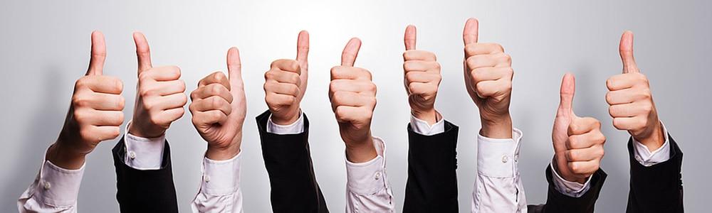 Feltartott hüvelykujj, kezek, siker a kkv szektorban az EDI segítségével