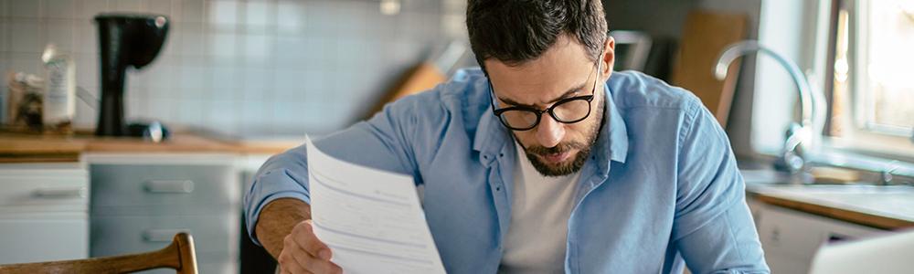 Férfi otthonról dolgozik: a kkv-k búcsút mondanak a papírmunkának