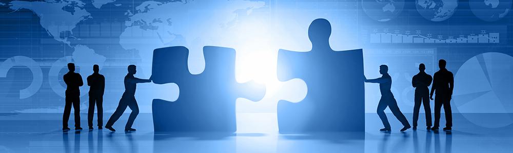 Az interfész, mint az összeillő puzzle: hat ember két nagy puzzle darabot tol össze